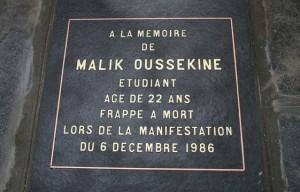 561x360_plaque-commemorant-mort-malike-oussekine-etudiant-frappe-mort-policiers